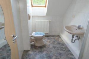 Badezimmer in MFH2 vor Renovierung